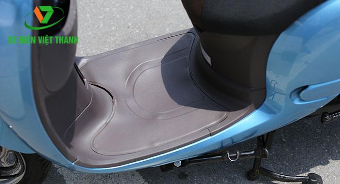 Bình xăng đặt ở dưới sàn để chân
