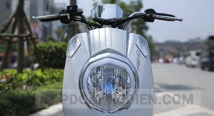 Đầu xe thiết kế bo tròn tích hợp đèn pha lớn