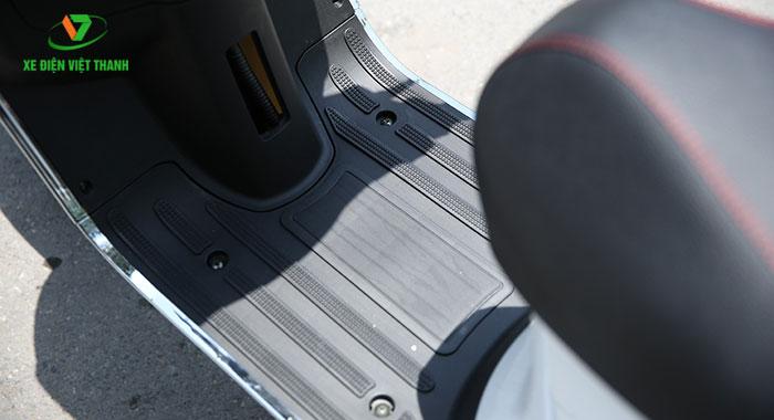 Sàn để chân khá rộng rãi